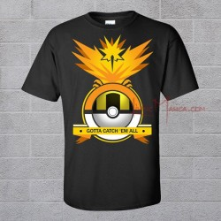 Camiseta negra con Zapdos sobre una ultraball y el lema GOTTA CATCH EM ALL