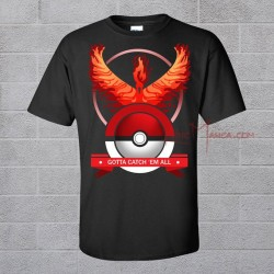 Camiseta negra con Moltres sobre una pokeball y el lema GOTTA CATCH EM ALL